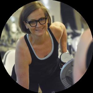 Kuvassa yrittäjä Laura Lehmuskoski treenaa.
