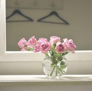 Artikkelikuva kukkia maljakossa pukuhuoneessa.