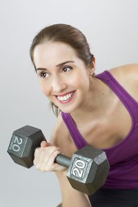 Artikkelikuvassa nainen painojen kanssa.